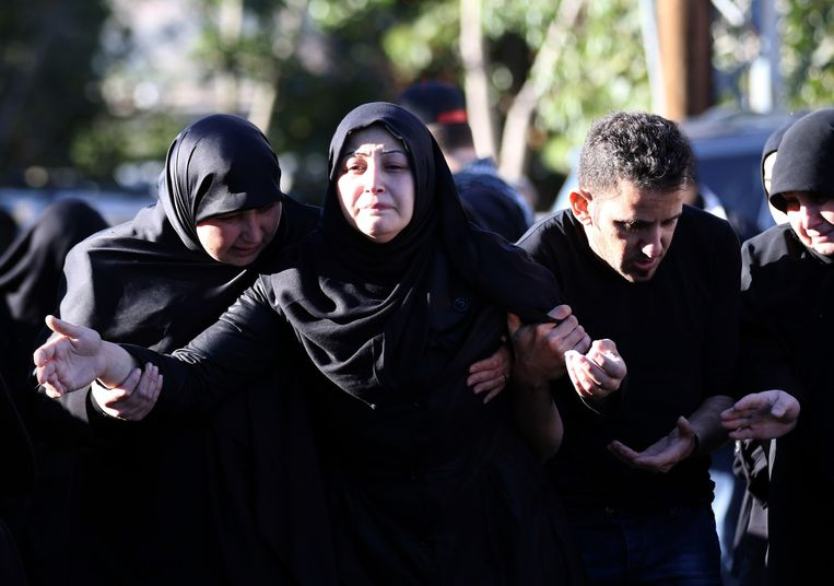 The wife (C) of Adel Tormous, who was killed in a twin bombing attack that rocked a busy shopping street in the area of Burj al-Barajneh in Beirut's southern suburb, mourns during his funeral in the village of Tallussa in the Nabatiyeh governorate, south of Lebanon. Beeld AFP