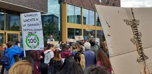 Jan van de Venis, Ombudspersoon Toekomstige Generaties, spreekt de menigte toe voor Focus Filmtheater aan het Kerkplein.
