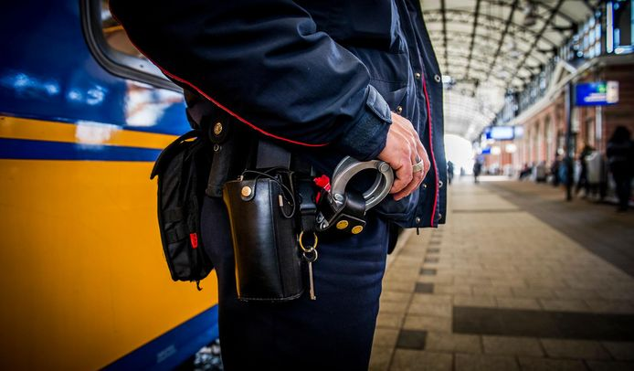 Handboeien bij een service- en veiligheidsmedewerker van de Nederlandse Spoorwegen op het station. Deze medewerkers worden ingezet om onveilige situaties te voorkomen.
