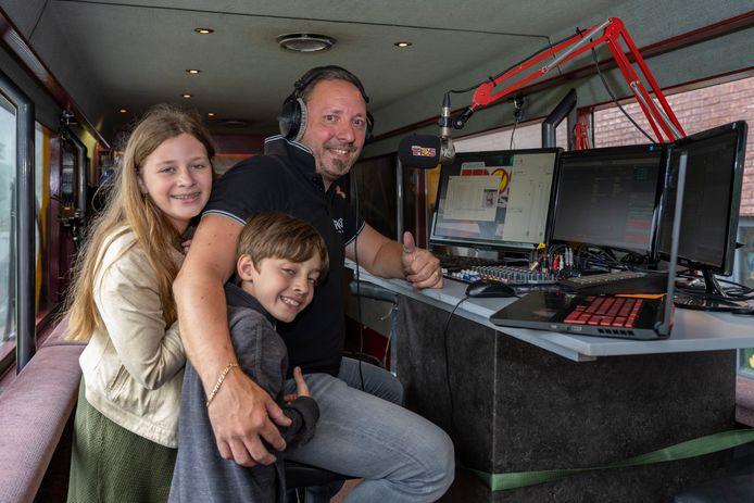 Presentator Dany Van Steen trekt met de mobiele radiostudio rond.