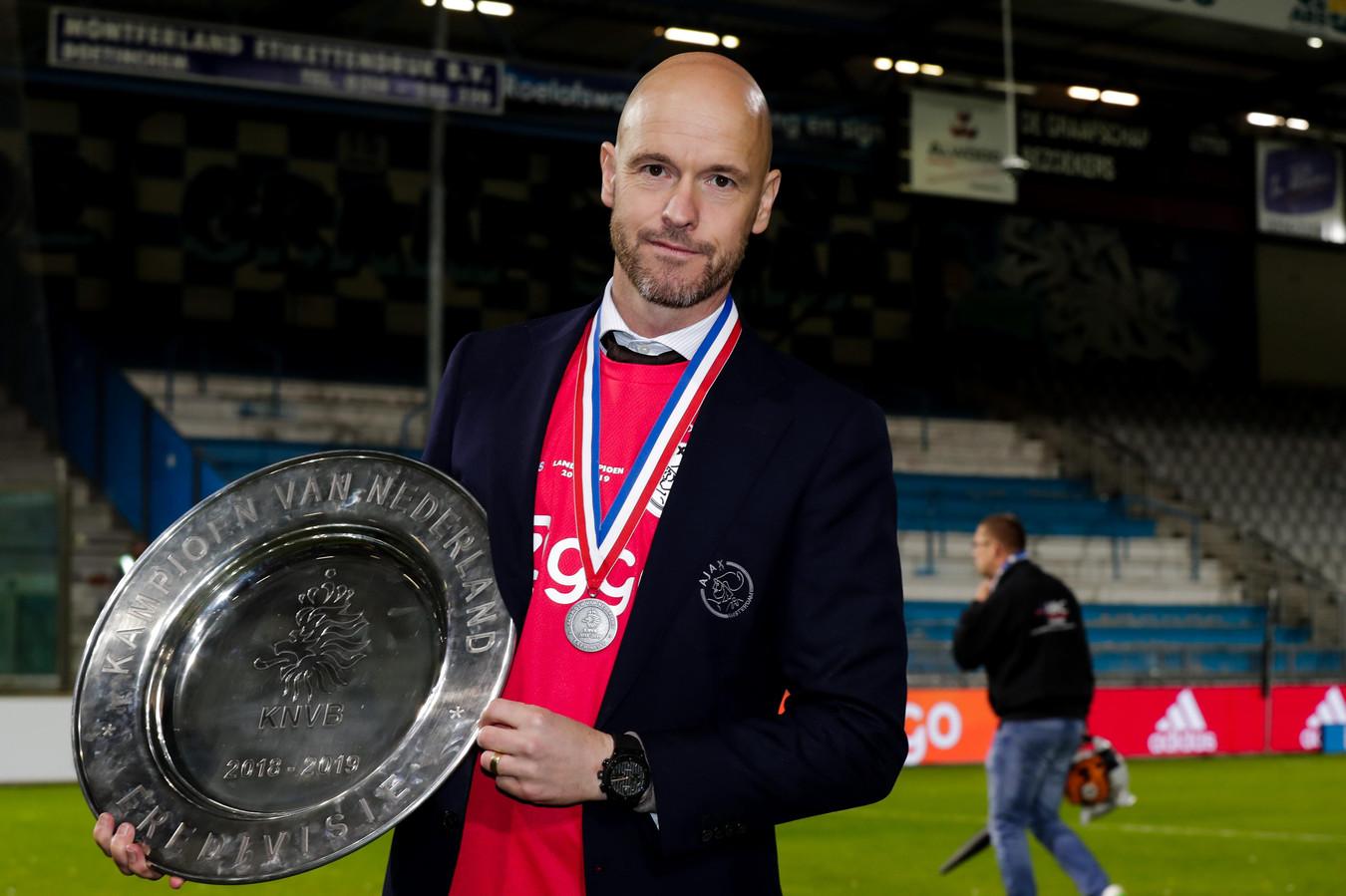 Erik ten Hag met de kampioenschaal in Doetinchem.