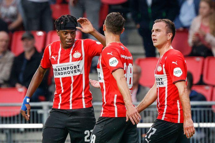Noni Madueke (links) en Mario Götze (rechts) vieren de goal tegen PAOK.
