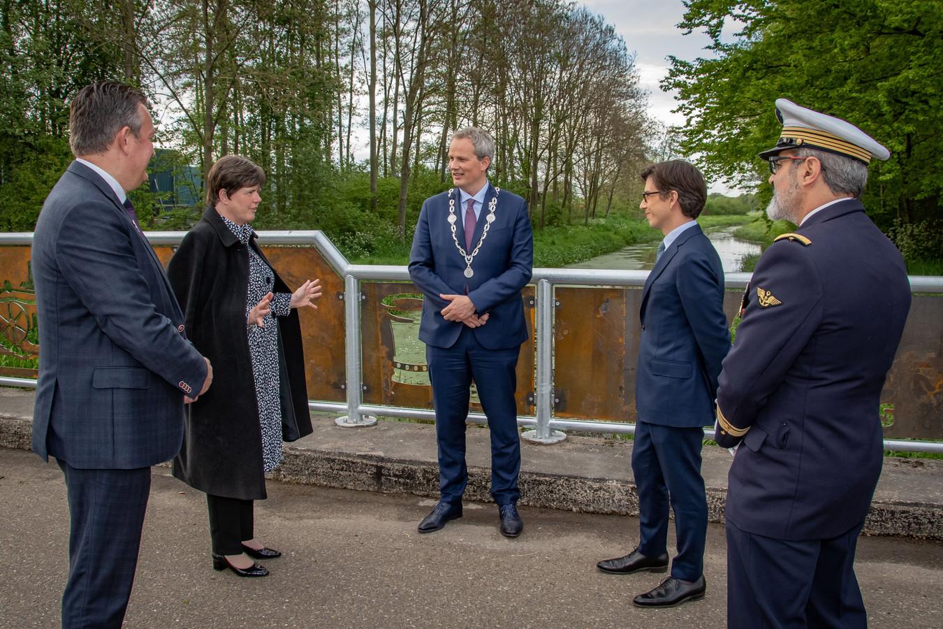 De nieuwe brug die de Franse soldaten herdenkt die op 12 mei 1940 zijn gesneuveld in Diessen. Van links naar rechts: Wil Vennix, Ina Adema, Evert Weys, Luis Vassy en een begeleider van de Franse ambassadeur.