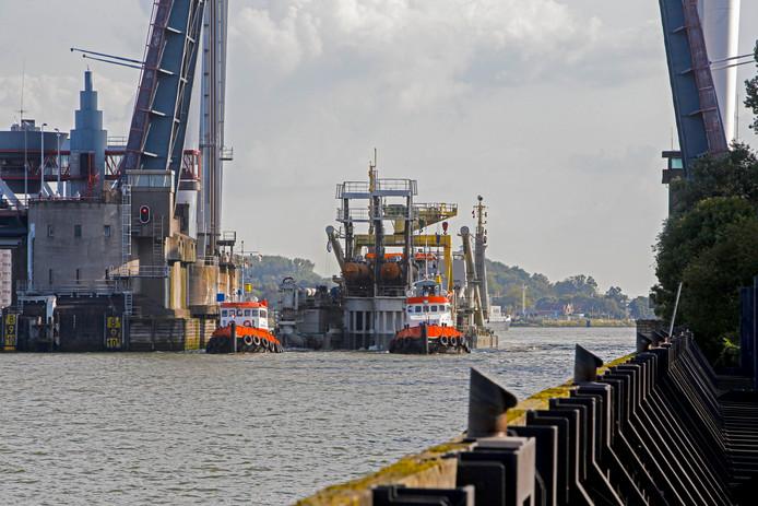 De snijkopzuiger Edax was dinsdag onderweg naar de Waalhaven in Rotterdam.