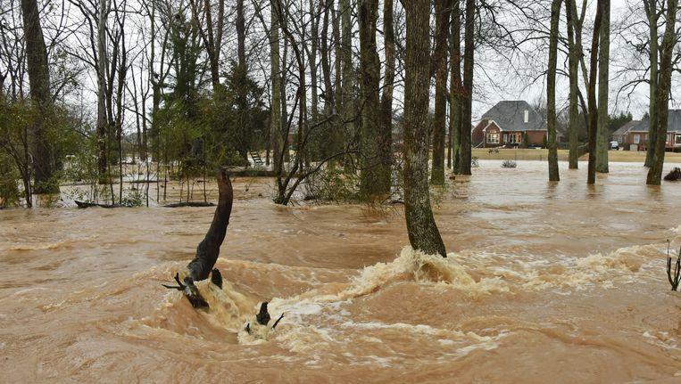 Een rivier is buiten zijn oevers getreden in Alabama. Beeld ap