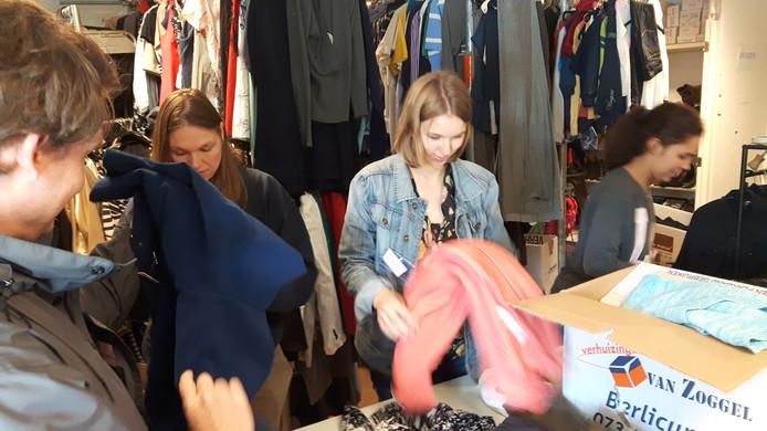 Bij Kledingbank 's-Hertogenbosch werd kleding gesorteerd.
