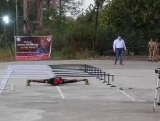 17-jarige verbreekt wereldrecord limbo-rolschaatsen