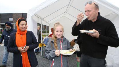 Sikhfamilie serveert gratis eten aan buren