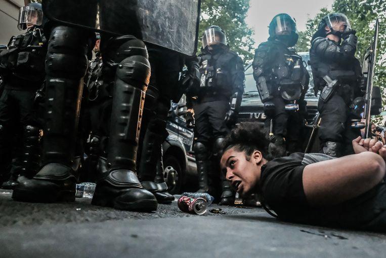 De oproerpolitie greep in toen demonstranten branden veroorzaakten tijdens een demonstratie tegen racisme in Parijs. Beeld Joris Van Gennip