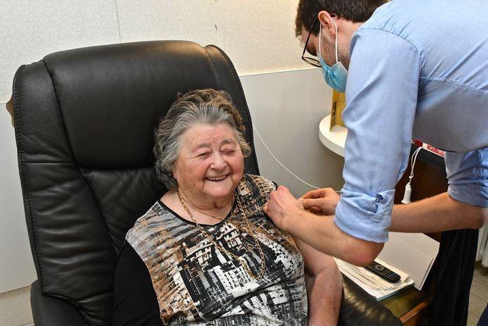 """Anna Liefooghe (93) laat met een smile haar coronaprik zetten: """"Niets van gevoeld!""""."""