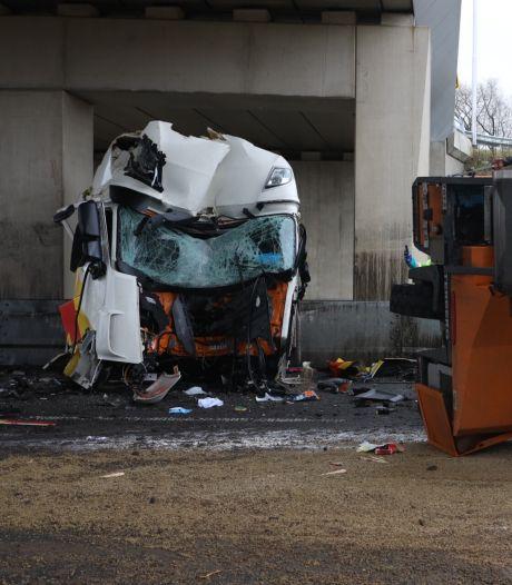 Vrachtwagen uiteengerukt bij botsing tegen brugpijler,  chauffeur loopt zwaar hoofdletsel op