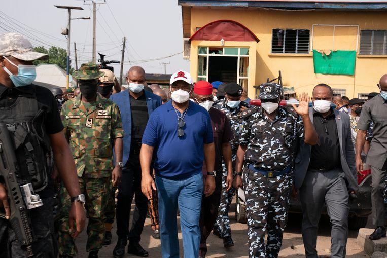 Hope Uzodinma, gouverneur van de staat Imo in Nigeria, bezoekt de plek waar overheidsgebouwen werden aangevallen.  Beeld AP