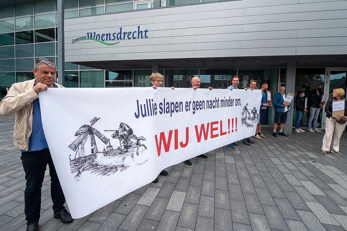 De actiegroep Windstil Ossendrecht protesteerde bij de Woensdrechtse gemeenteraad tegen windpark Ze-Bra in de polder nabij hun dorp. Ze vrezen voor grote overlast.
