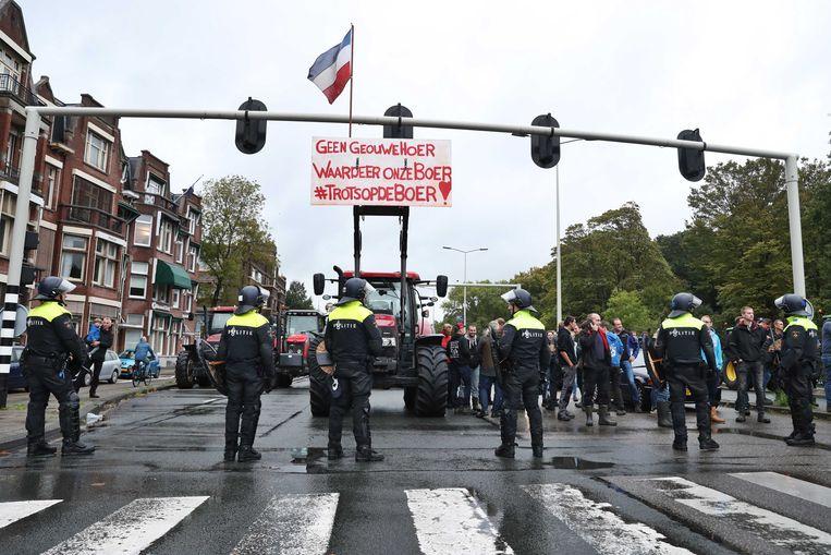 In Den Haag was de binnenstad vanochtend afgesloten om boze boeren tegen te houden.  Beeld ANP