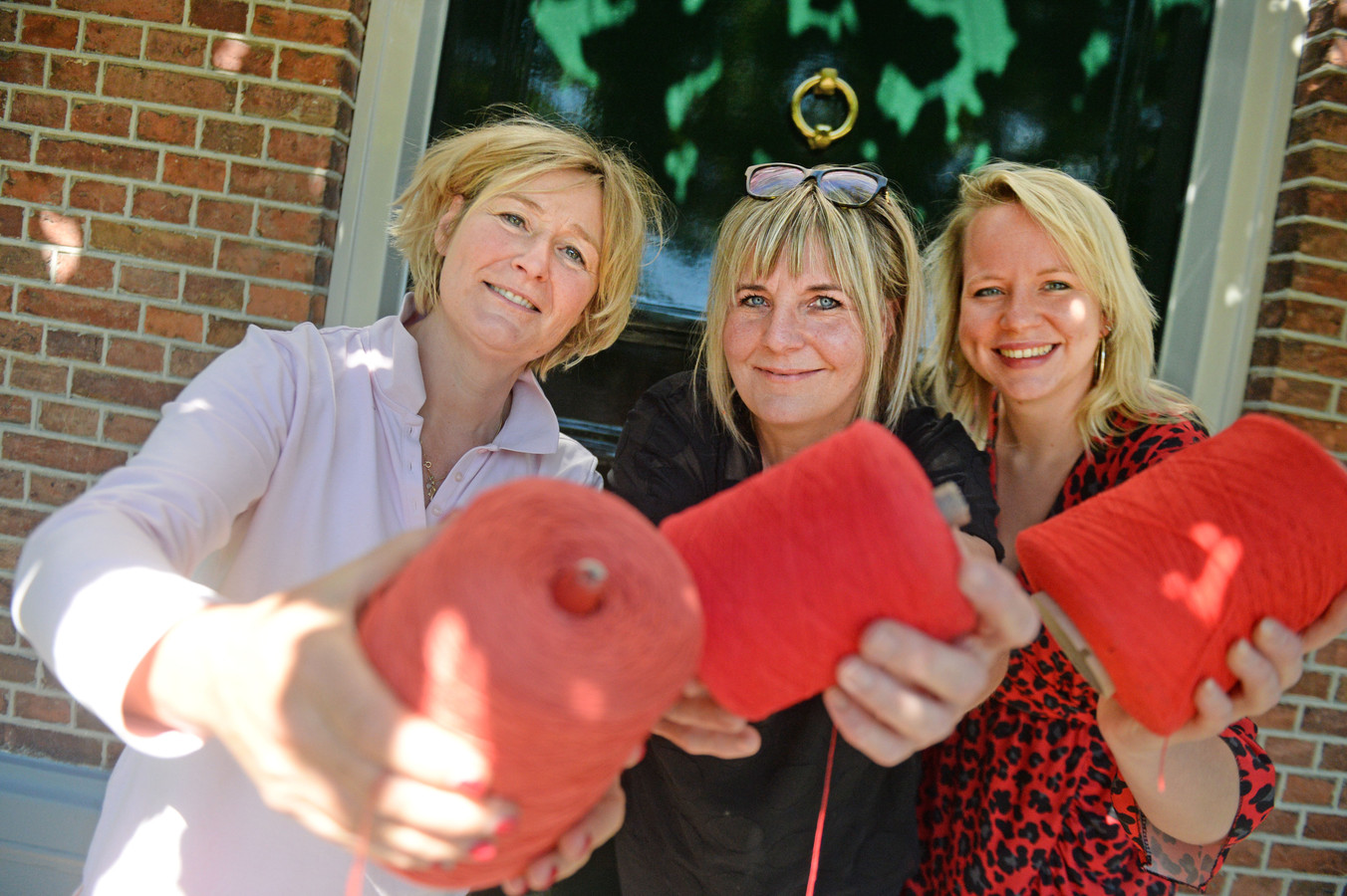 Liesbeth Hassink, Laura Reymer en Corine Hofstra (vlnr) willen dat textiel als een rode draad door Borne loopt.