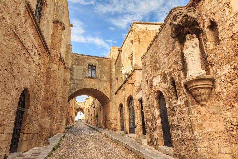 De middeleeuwse stad Rodos (op het gelijknamige eiland) loopt gevaar door afbrokkeling van de kust, stellen experts. Daardoor komen de historische straten en panden dichter bij het water te liggen. Beeld Eleanor Scriven/robertharding