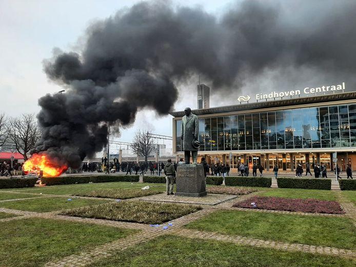 Een auto van ProRail werd in brand gestoken voor het station.