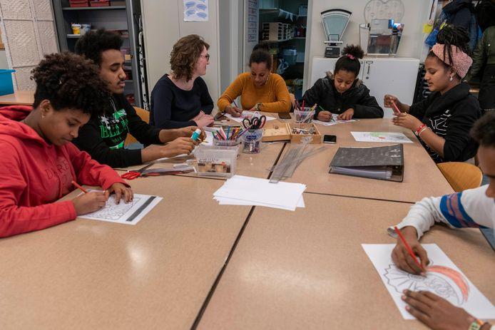 Voor de corona-uitbraak vond onderwijs voor asielkinderen plaats in gespecialiseerde klassen. Wanneer ze de Nederlandse taal beheersten, stroomden ze door naar het reguliere onderwijs.