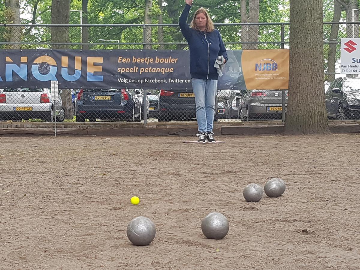 Het vrouwentoernooi van het NK Petanque voor duo's, gehouden in Bergen op Zoom, in volle gang.