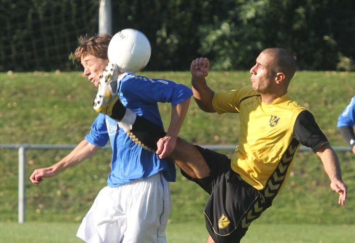 Hakim Chatouani (rechts) in 2011 in actie als speler van SMVC Fair Play. Hij neemt komend seizoen met zijn broer Karim de selectie van de Culemborgse club onder zijn hoede.