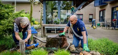 Handjes uit de mouwen in de tuin van De Stoevelaar in Goor: 'kan niet wachten bewoners mee naar buiten te nemen'