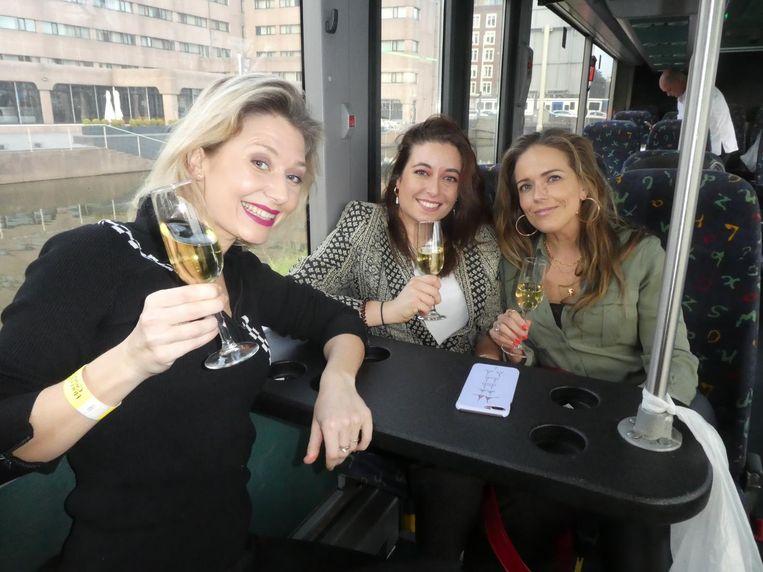 Tessa Deurloo (Motormeiden): 'Echt, ik heb een bowlingbaan in een partybus meegemaakt.' Met Vivian Secrève (The Daily Dutchy) en Rosanna Mattheijer (Dutch girls on the blog) Beeld Schuim