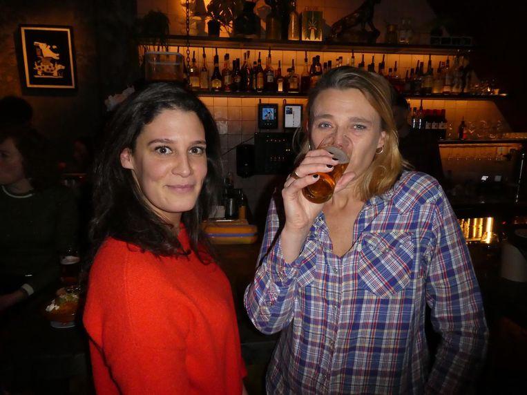Journalist Stephanie Hoogenberk, inmiddels met zes vrienden minder, en Cindy Hoetmer ('Voormalig schrijver'). Beeld Hans van der Beek