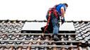 Wie zonnepanelen op het dak heeft, krijgt op dit moment minder terug voor de stroom die aan net net wordt teruggeleverd.