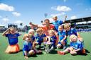 Hockeyer Jeroen Hertzberger met neefjes, nichtjes, zoon Hugo (derde van links) en dochter Mila (zittend rechtsvoor) na de gewonnen EK-finale in Amstelveen, juni 2021.