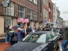 Koning Willem-Alexander spreekt met getroffenen van de rellen in Den Bosch