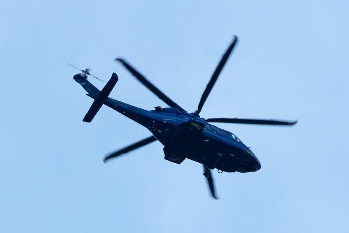 De politie is met een helikopter een zoektocht naar de man gestart.