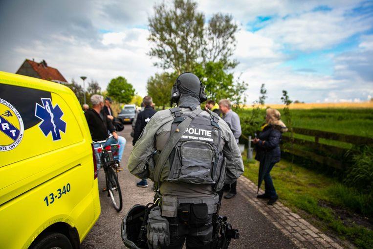 Een DSI'er (Dienst Speciale Interventies) tijdens de jacht op de daders van een gewelddadige overval, die eindigde in een weiland in het Noord-Hollandse Broek in Waterland. Beeld ANP