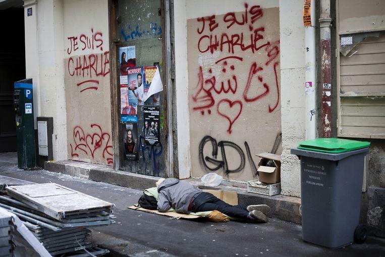 Een dakloze die op straat slaapt. Beeld Bart Koetsier