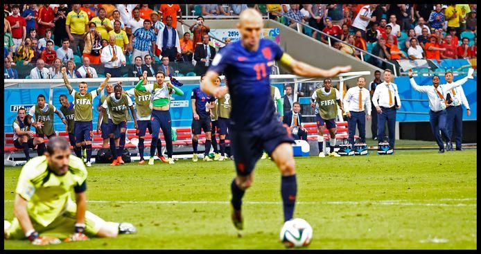 Vier jaar later tegen Spanje passeert Arjen Robben Iker Casillas wél.