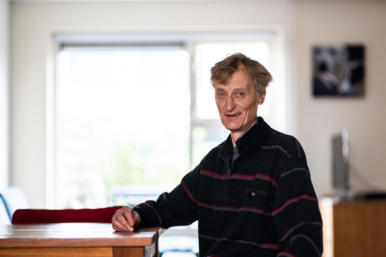 Peter Bloemendaal in zijn huis in Doesburg. Op de achtergrond een beeldscherm. Elke dag brengt hij menig uur door op laptop of computer, onder andere voor de Facebookpagina Oud-Arnhem.