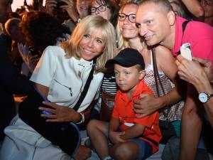 Brigitte Macron se blesse en chutant sur un bateau