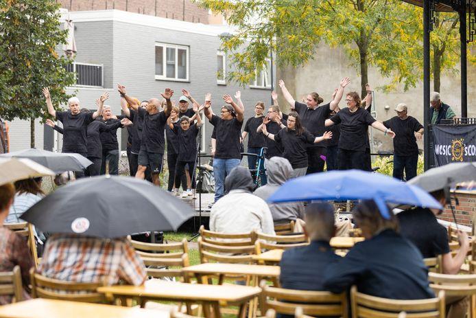 Dans van de Prisma-bewoners met Sport@Jerry's bij de muziekkiosk tijdens de open GO-dag Waalwijk.