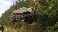 Auto belandt in zijberm na botsing op E403