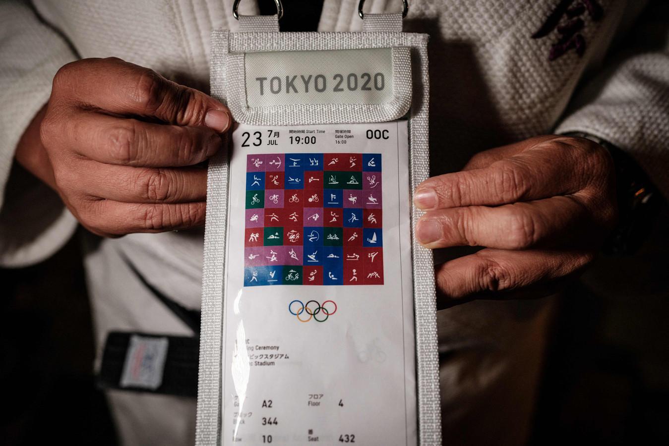 Kazunori Takishima met een van zijn 197 zelf-afgedrukte tickets.