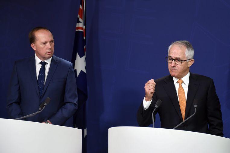 Australisch premier Malcolm Turnbull (rechts) en Australisch minister van Migratie Peter Dutton (links) Beeld EPA