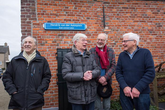 Hendrik van Aalst (tweede van links) wordt in het zonnetje gezet door alle vrijwilligers.