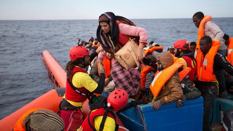 Dit jaar zijn naar schatting al 2.300 mensen om het leven gekomen tijdens hun vlucht over de Middellandse zee. Beeld ap