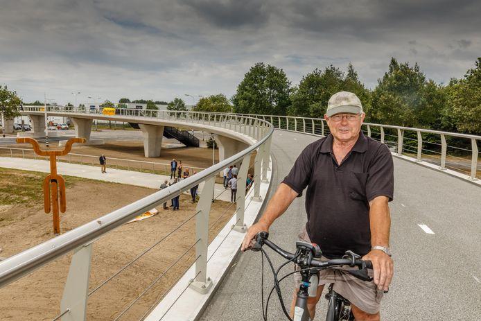 Wessel van Keulen fietst soepel als één van de eerste over de nieuwe Zalnébrug.