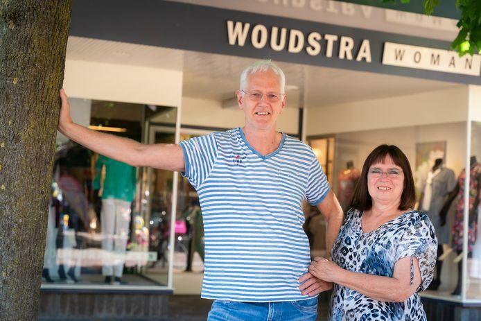 Johan en Herma Woudstra bij hun winkel in Bennekom.