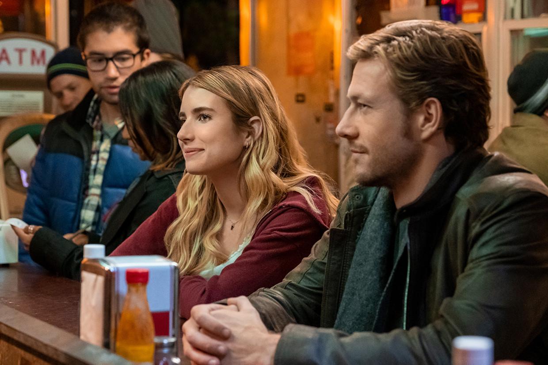 HOLIDATE (2020) Emma Roberts as Sloane Reed and Luke Bracey as Jackson. Cr. Steve Dietl/NETFLIX Beeld Steve Dietl/NETFLIX