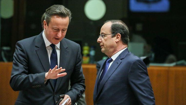 De Britse premier David Cameron (L) praat met zijn Franse ambtgenoot Francois Hollande (R) Beeld epa