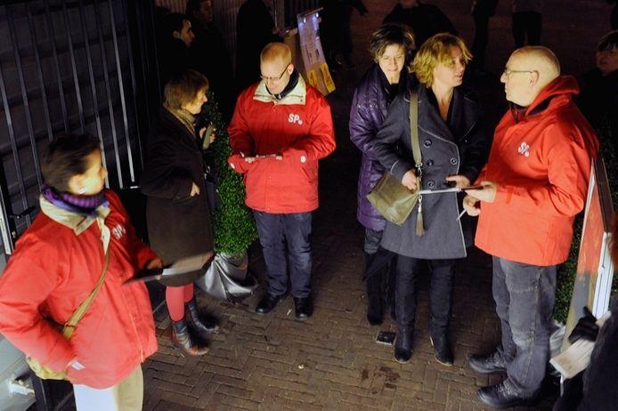 Leden van de SP vragen begin 2012 om een donatie voor de voedselbank in Arnhem. foto Hans Broekhuizen/DG
