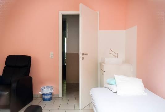 Kijkje naar binnen bij een behandelkamer van de alternatieve kankerkliniek van Klaus Ross.