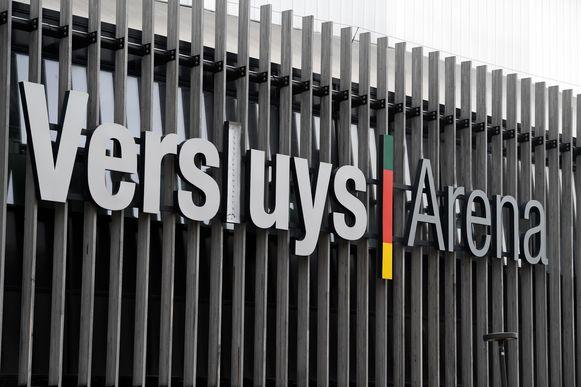 De Versluys Arena mét letters op de hoofdtribune.