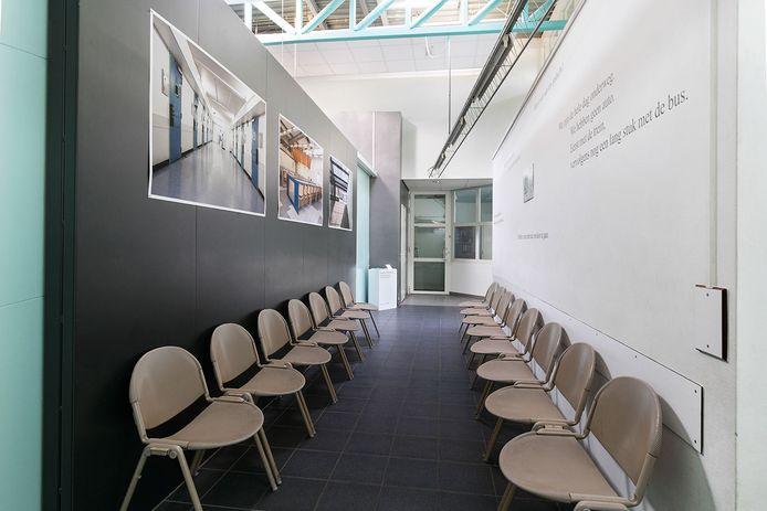 Een deel van de foto-expositie in de wachtruimte voor bezoekers van de gevangenis in Vught.